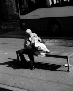 Sich hinsetzen und Zeitung lesen